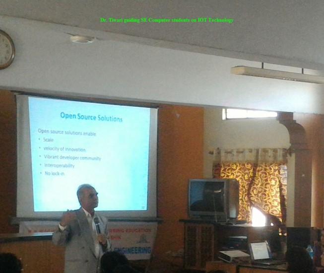 2_Dec15_Tiwari_guiding_SE_Computer_students_on_IOT_Technology.jpg